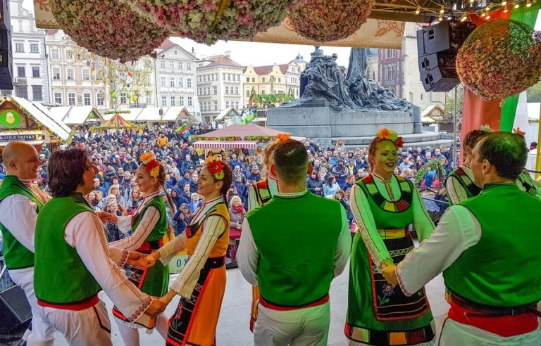 paschalino festival folklor stin praga